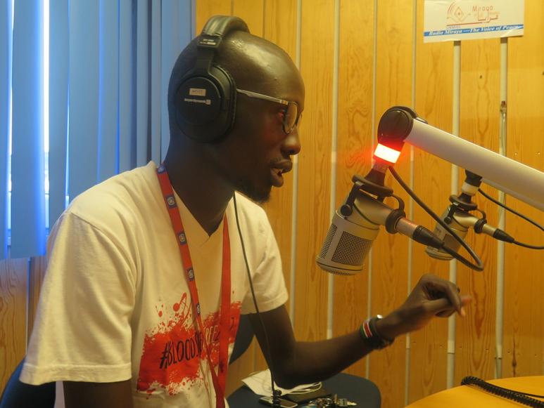 John Ador Akoy hat es weit gebracht – von einem verlassenen Kind im Flüchtlingscamp zu einem der führenden Aktivisten und Künstlern des Südsudan.