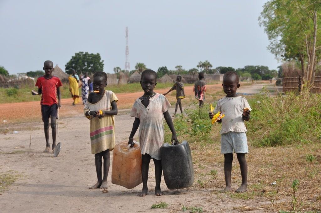 Koch - Kinder haben Wasser von Handbrunnen geholt